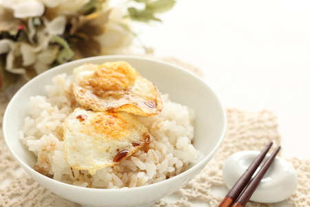 Chinese food, quail egg pan fried with soy sauce on rice 스톡 콘텐츠 - 100929641