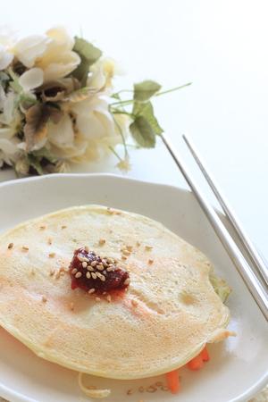 Korean food, chilli pepper sauce on vegetable pan cake Stockfoto - 99533976