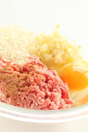 Porc entier et boeuf avec pain chapelure pour l & # 39 ; image de la cuisson de la pâte Banque d'images - 99533994