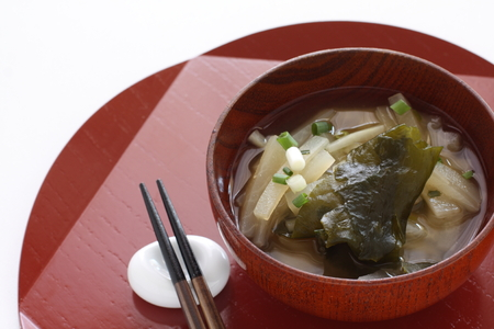 Japanese food, radish and seawedd miso soup 스톡 콘텐츠