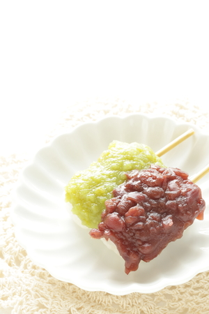 Japanese confectionery, sweet bean paste on rice cake Archivio Fotografico - 106163051