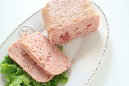 Luncheon meat on lettuce