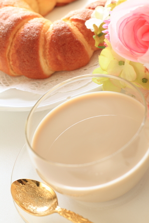 Cafe latte and croissant for breakfast image 版權商用圖片