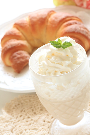 Irish coffee and croissant 版權商用圖片 - 108860380