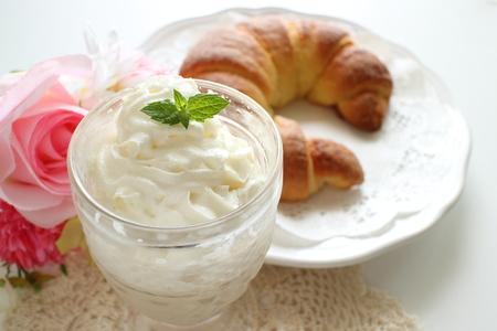 Irish coffee and croissant 版權商用圖片 - 109537673