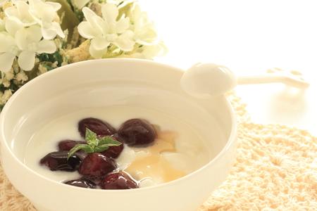 Frozen grape and mint on honey yogurt Banque d'images - 114056140