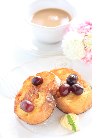 Grape and honey french toast served with butter 免版税图像