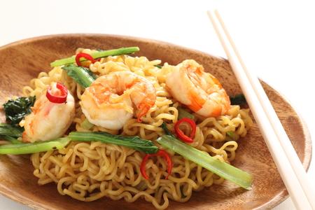 Fideos fritos de comida china, camarones y espinacas