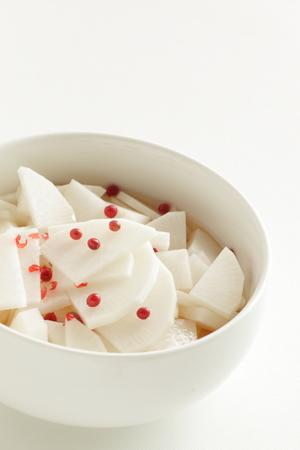 Sliced radish on bowl with copy space 版權商用圖片