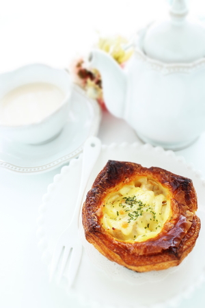 Gratin in Danish pastry and tea