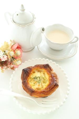 Gratin in Danish pastry and tea