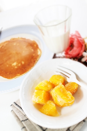 Mango and yogurt with homemade pancake Banque d'images - 125110960