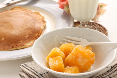 Mango and yogurt with homemade pancake Banque d'images - 125110965