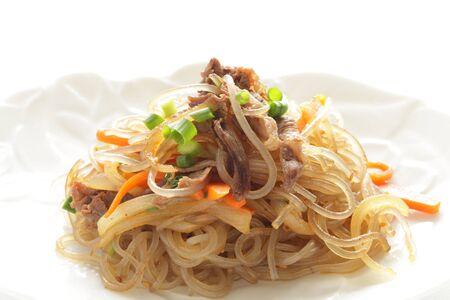 Comida coreana, fideos de vidrio y japchae de verduras salteadas de ternera
