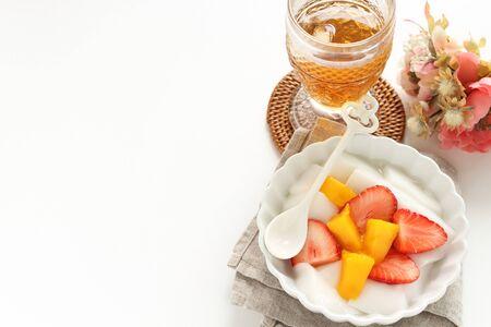 Chinese food, mango almond tofu and strawberry Stockfoto
