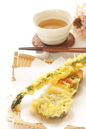 Japanese food, assort vegetable tempura and tea 版權商用圖片 - 134771621