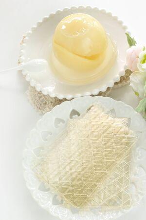 Gelatin sheet on dish for cooking ingredient image 版權商用圖片 - 134771679