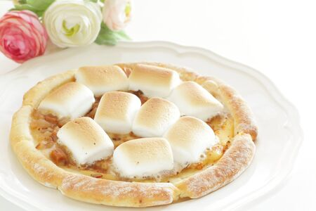 Marshmallow and sugar pizza on dish for sweet food 免版税图像