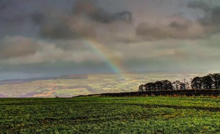 yorkshire dales: Arco iris sobre el Yorkshire Dales, Fotograf�a tomada en Keighley, West Yorkshire, Inglaterra Foto de archivo