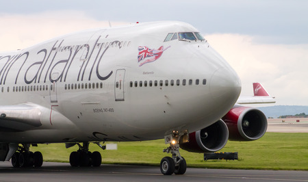 747 400: Manchester, Regno Unito - 14 GIUGNO 2014: Virgin Atlantic Boeing 747-400 in pista Manchester International Airport