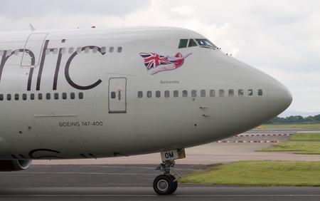 747 400: Manchester, Regno Unito - 14 GIUGNO 2014: Virgin Atlantic Boeing 747-400 in pista Aeroporto internazionale di Manchester