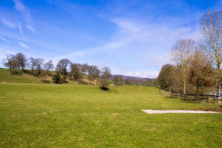 wharfedale: Un hermoso paisaje y cielo azul en Bolton Abbey, Wharfedale, North Yorkshire, Reino Unido Foto de archivo
