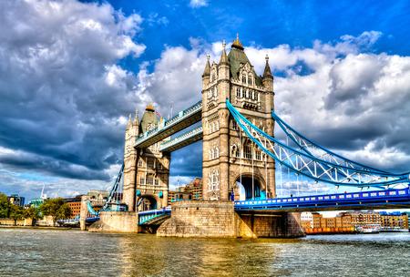 タワー ブリッジ、有名な組み合わせた跳開、テムズ川、ロンドン, イギリス、HDR を横切る吊り橋