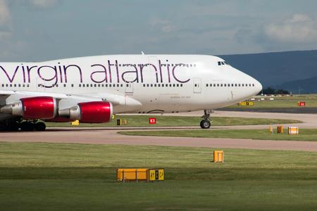 """boeing 747: Virgin Atlantic Boeing aereo passeggeri 747 wide-body """"Ruby Martedì"""" rullaggio sulla taxiway internazionale di Manchester. Editoriali"""