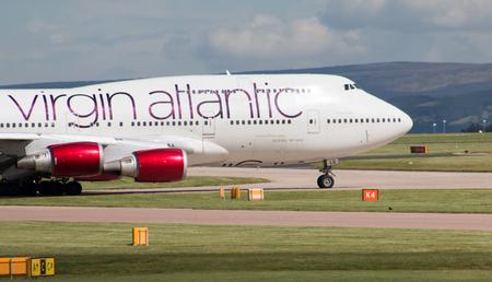 """boeing 747: Virgin Atlantic Boeing aereo passeggeri 747 wide-body """"Ruby Marted�"""" rullaggio sulla taxiway internazionale di Manchester. Editoriali"""
