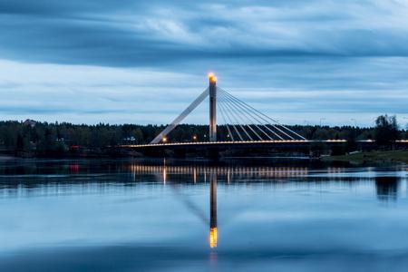 rovaniemi: Jatkankynttila Bridge (Lumberjack Candle Bridge), a famous bridge crossing Kemijoki in Rovaniemi, Finland. Blue hour.