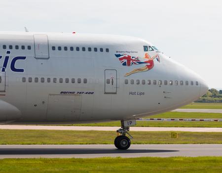 """747 400: Virgin Atlantic Boeing 747-400 aereo wide-body del passeggero (G-VLIP, """"Hot Lips"""") rullaggio sul Manchester International Airport asfalto."""