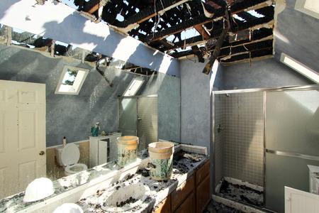욕실에서 화재 피해 스톡 콘텐츠