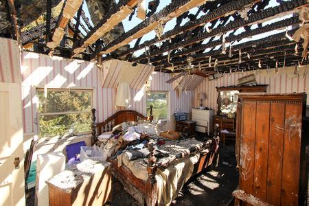Brandschaden im Schlafzimmer Standard-Bild - 44009668