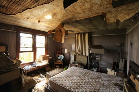 Brandschaden im Schlafzimmer Standard-Bild - 44009766