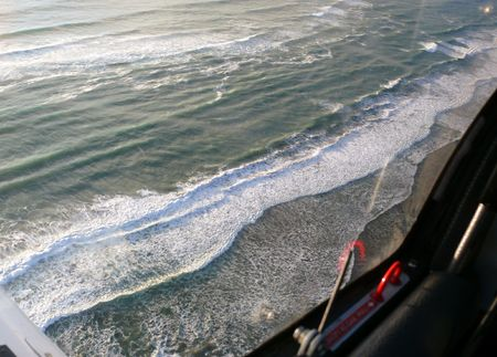 encrespado: Bajo volando un mar agitado  Foto de archivo