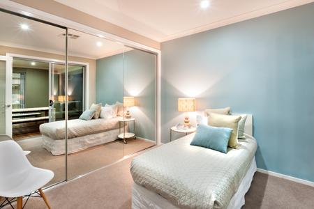 Moderno e classico pareti camera da letto sono di colore azzurro che è  illuminata a luci lampada da tavolo e una parete è completamente coperto  con ...