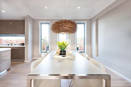 La salle à manger a un plancher en bois et les murs gris de couleur avec des fenêtres de verre longues. Banque d'images - 53755148