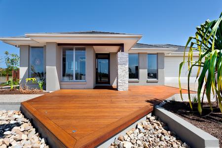 木製のヤードは茶色の四角形図形バー、右側から木がある、大邸宅は、約 4 つの窓と、家の中の 1 つのドアは、メガネを通して見ることができる、