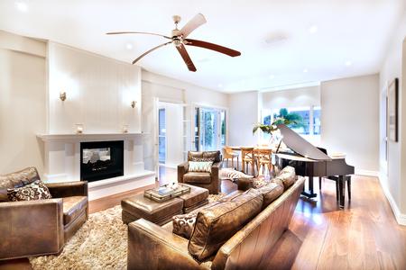 美しいソファの贅沢な家の木製の光沢のあるピアノに設定