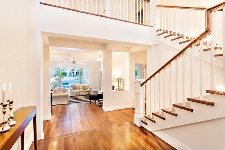 Hermosas escaleras de madera brillante con dos flameado quema de velas en una casa de lujo
