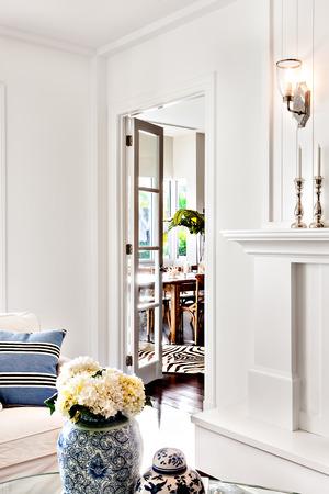 高級住宅の部屋のテーブル上に保持の花瓶で美しい白い花