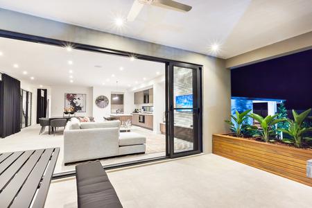 #59746416   Moderne Wohnzimmer Ist Auf Die Terrasse Von Außen Durch Die  Glastür Befestigt