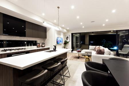 Flur zu einer Terrasse durch die moderne Küche und Abendessen mit Tischen und Stühlen