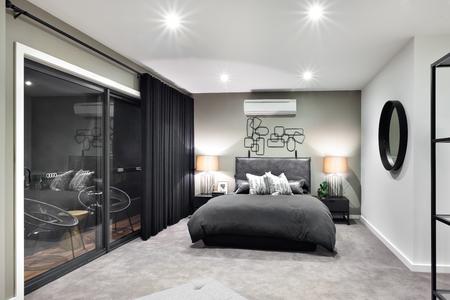 豪華なホテルやガラスのドアや窓の横にあるランプが点滅するいると家の中の黒い色ベッド