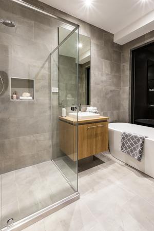 木製食器棚、白いバスタブの横にタップの横にガラスで覆われているモダンなバスルーム シャワー エリア付け