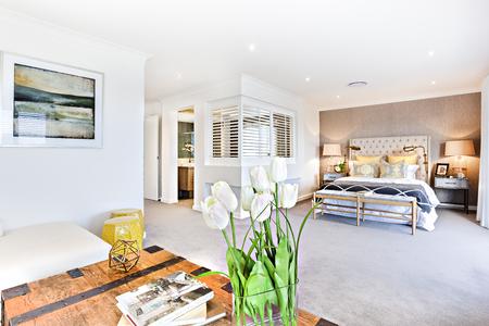 モダンなリビング ルームとお部屋のパーティション、家の内側に廊下と寝室は木製の表がクローズ アップ ビューとしてそれを白いバラ開花植物を 報道画像
