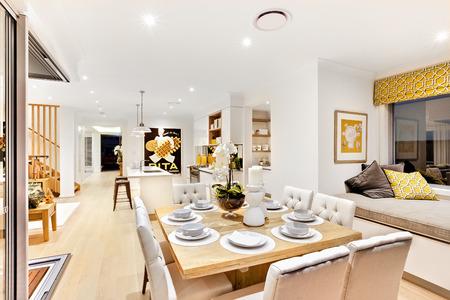 枕とクッション マットレス木製の階段と廊下の横にある台所の横にあるリラックス エリア近くのリビング ルームで木製のテーブルを設定モダンな