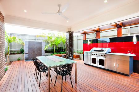 高級住宅のモダンでリラックスできるエリア、木製の壁、柱、フェンス、椅子のカバーは美しいを使用してなされる全体の面積彫る木の床を黒と赤 写真素材