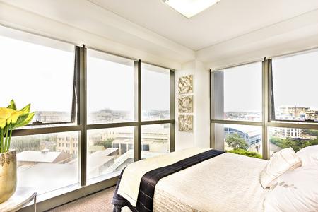 #67966930   Bunte Bett Mit Kissen Und Blick Auf Die Stadt, Stilvolle Zimmer  Mit Abstrakten Mustern Auch Stadtgebiet Durch Das Fenster Sehen Können, ...