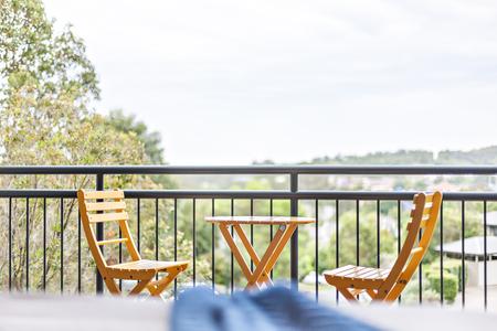 Nahaufnahme von Luxusstühlen und Tischdesign, bequemer Stuhl und Zaun im Außenbereich, glänzendes Aussehen und gelbe Farbe, teure Möbel.